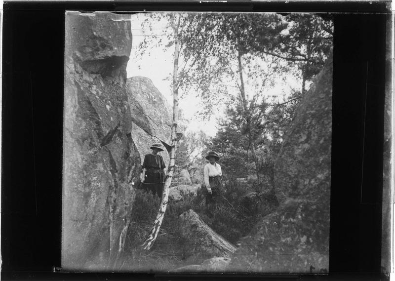 Deux femmes près de rochers