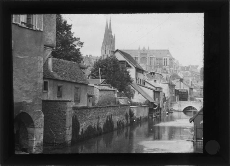 Façades sur l'Eure depuis le pont de la rue de la Porte Morard et cathédrale en arrière-plan