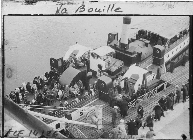 Vue en plongée de l'embarcadère et bateau avec passagers