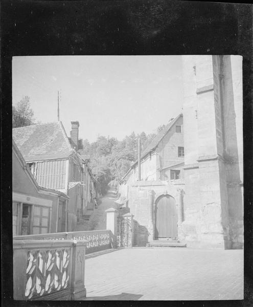 Parvis de l'église et façades sur le côté Saint-Nicolas