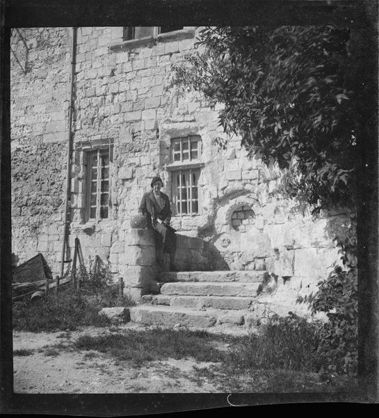 Escalier menant à la tourelle d'escalier et femme
