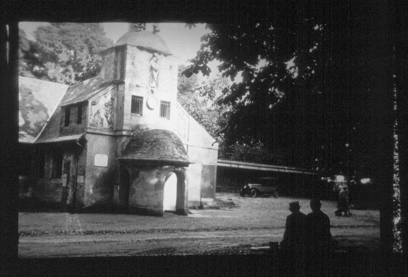 Façade ouest avec porche rond à dôme