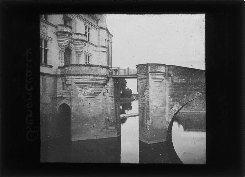 Pont et porte d'entrée, côté est