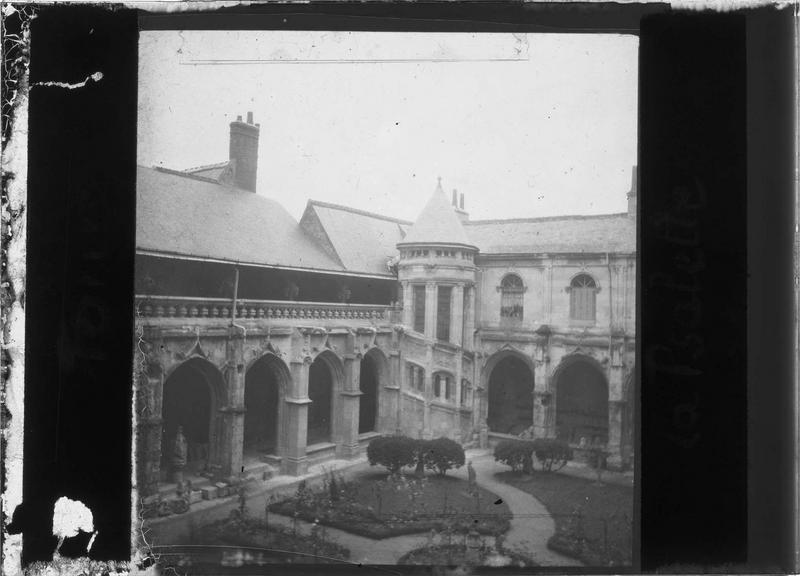 Galeries nord et est sur jardin intérieur avec tourelle d'escalier, vues en plongée