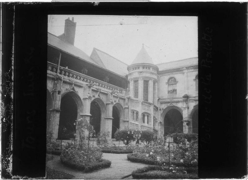 Galeries nord et est sur jardin intérieur avec tourelle d'escalier