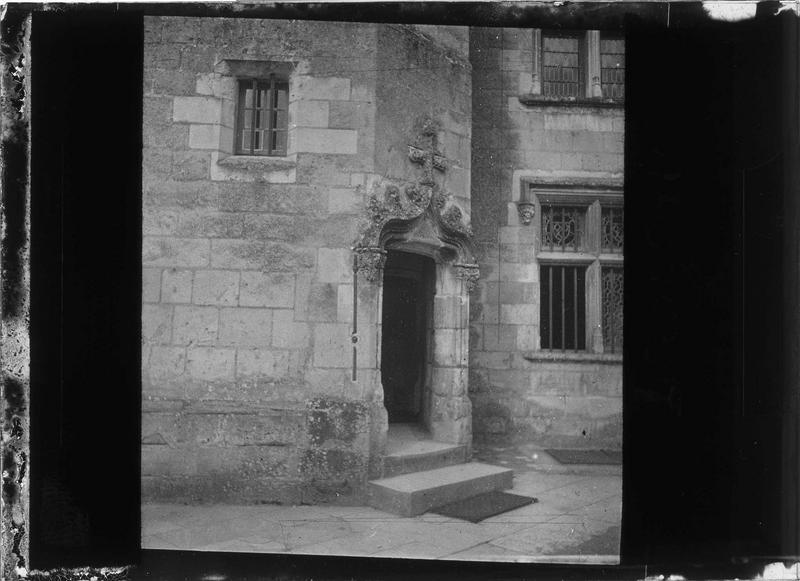 Tourelle d'escalier, porte d'entrée sur cour intérieure