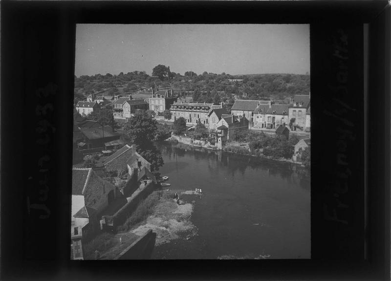 Ensemble sur la Sarthe depuis l'ancien château