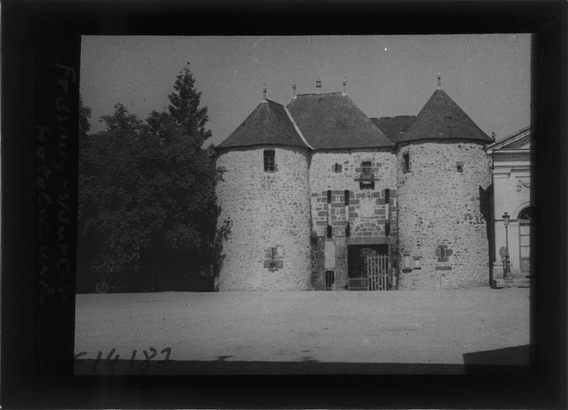 Porte d'entrée flanquée de deux tours