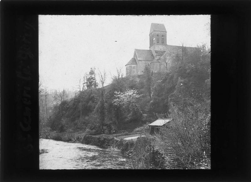 Abside et clocher, côté nord depuis les bords de la Sarthe