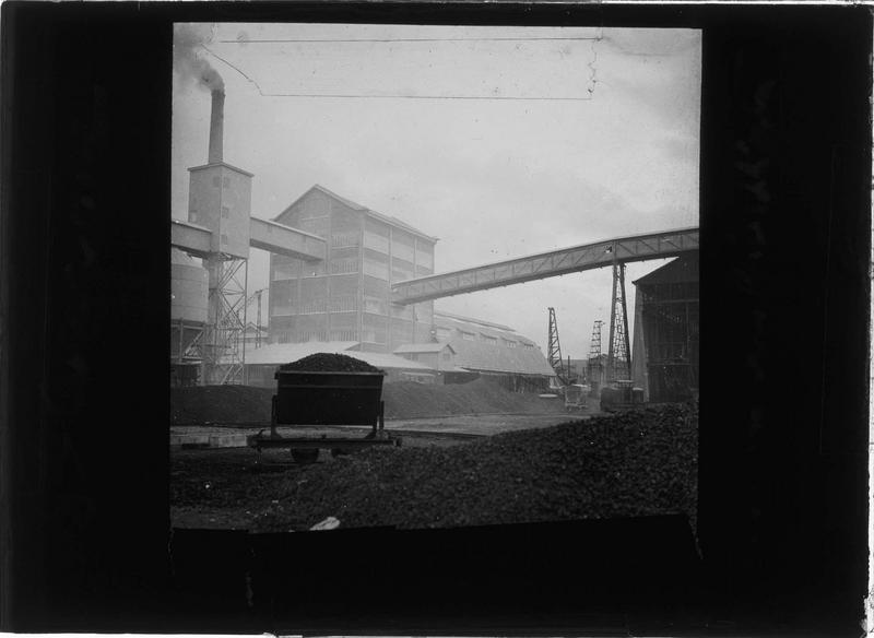Infrastructures et charbon avec wagon au premier plan