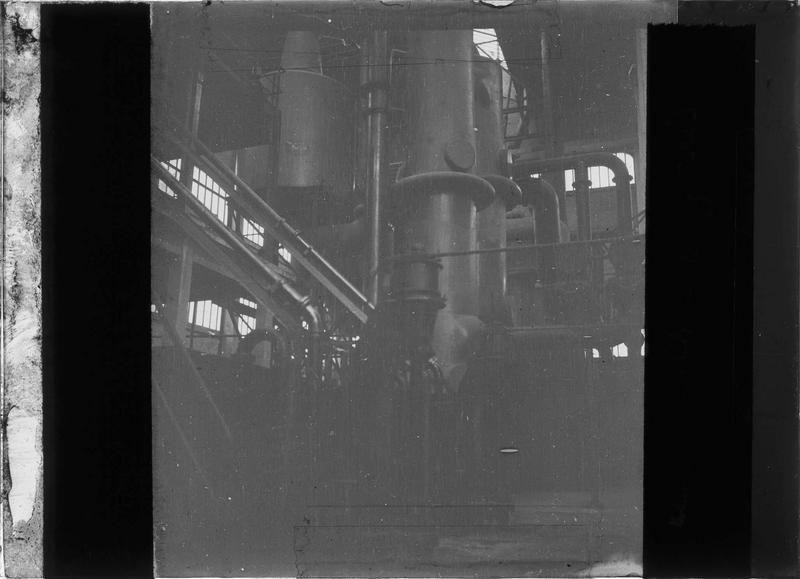 Intérieur : machinerie pour la production de chaux et d'engrais