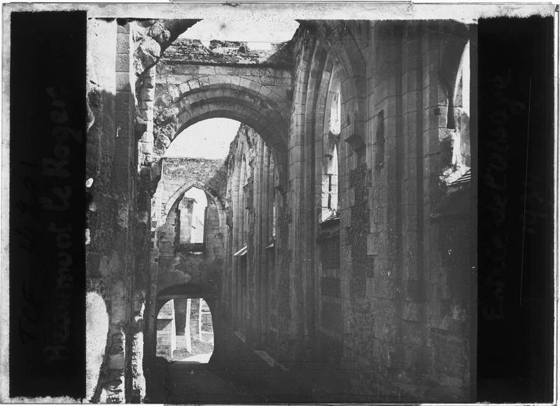 Intérieur : entrée en ruines