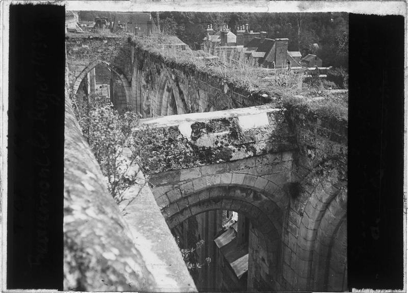 Entrée en ruines, vue en plongée depuis la terrasse