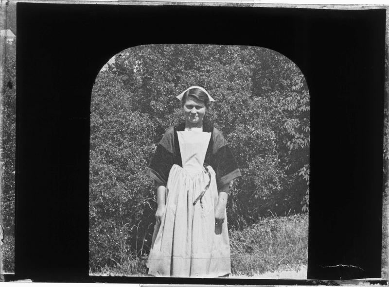 Jeune fille en costume traditionnel