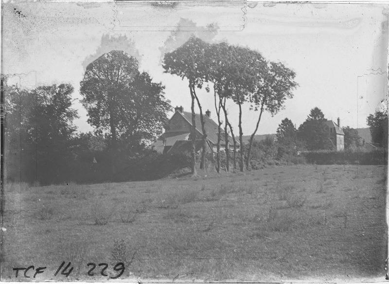 Jardin et maisons en arrière-plan