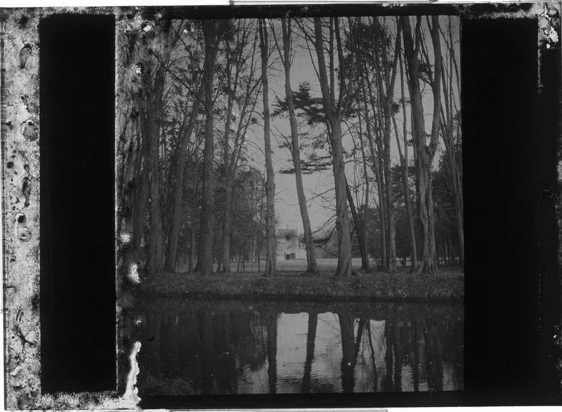 L'Andelle bordée d'arbres et entrée du château au loin