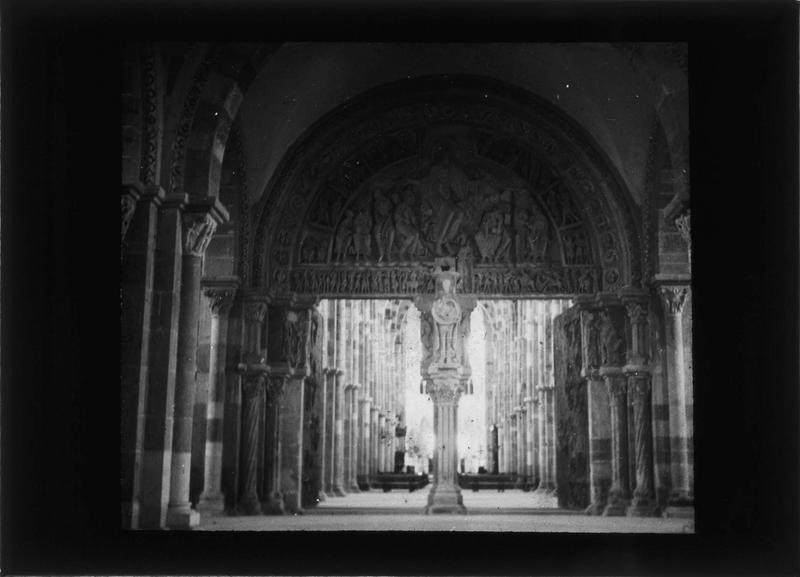 Intérieur : narthex, portail central à tympan sculpté