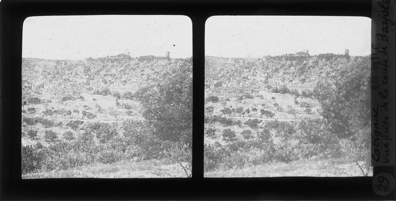 Le rocher avec deux tours sarrasines et maisons environnantes
