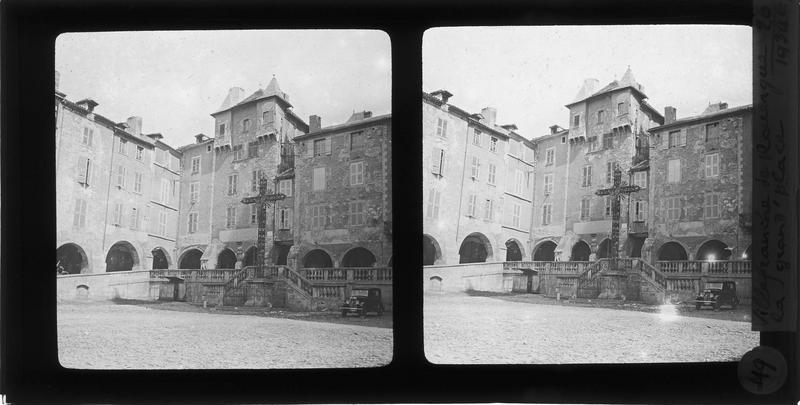 Croix monumentale, balustrade des couverts de Reyniès et façades