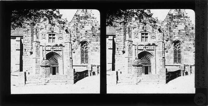 Porche sud et croix au premier plan