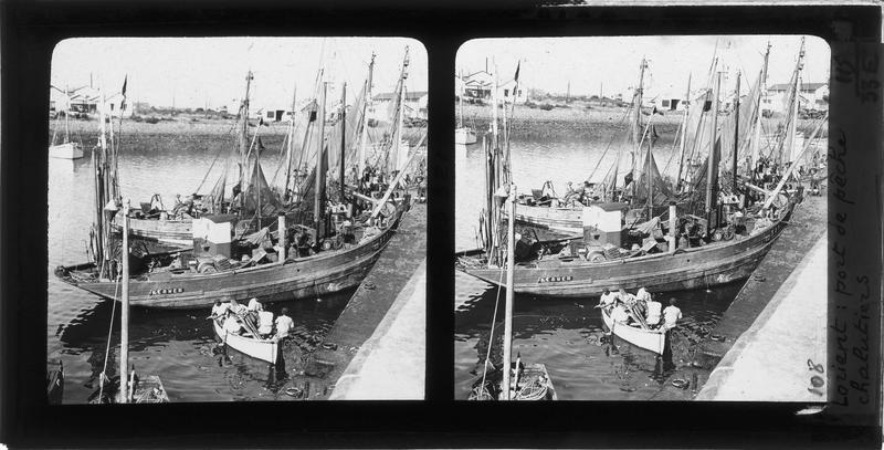 Chalutiers et barque à quai, vue animée avec pêcheurs