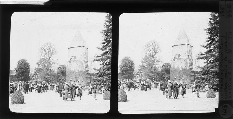 Tour des anciennes fortifications, dite Tour-Prison, sur parc animé lors de la fête du Pardon de Notre-Dame de Roncier