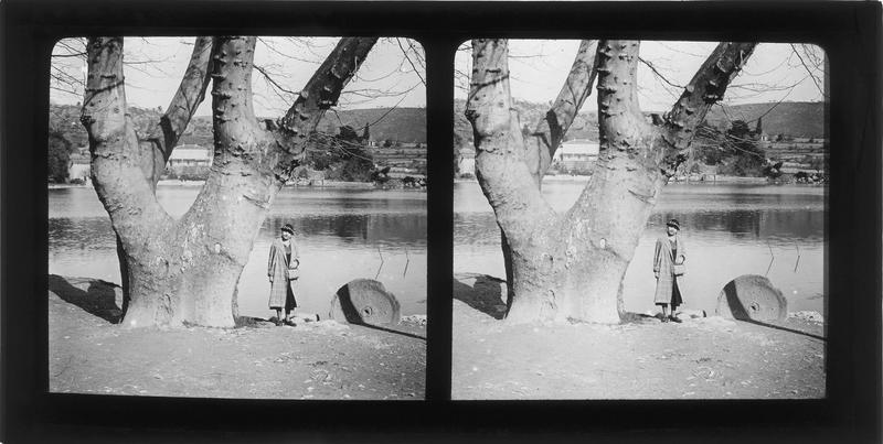 Bords du lac de Besse et femme