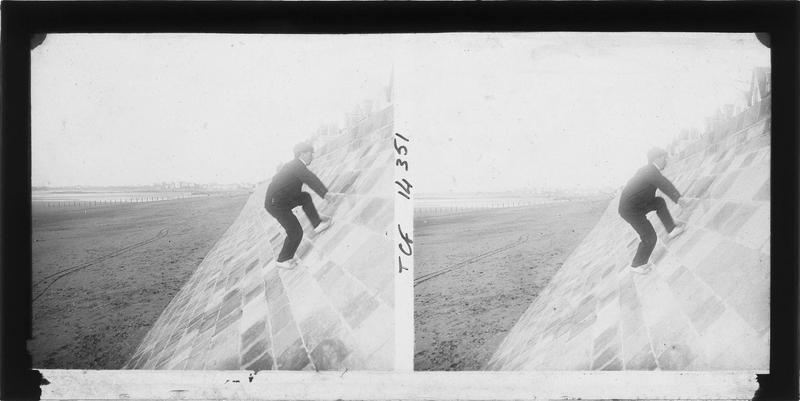 Homme escaladant la digue