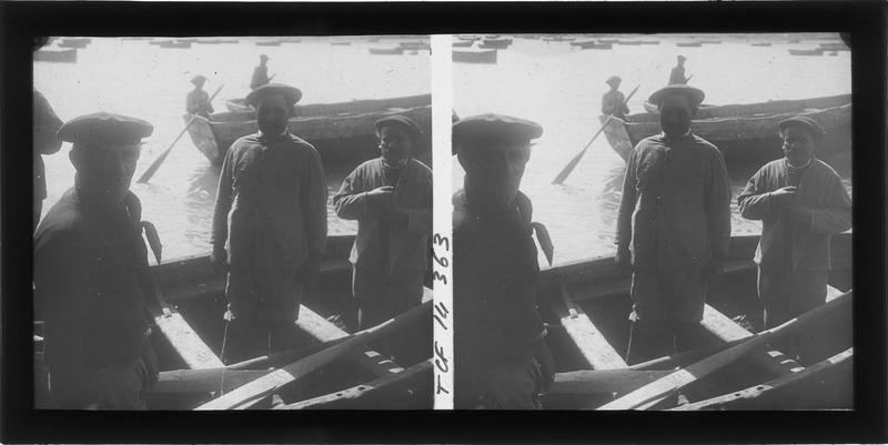 Marins debout dans une barque