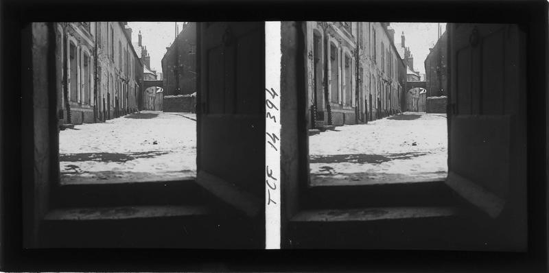 Façades sur rue enneigée depuis un pas-de-porte