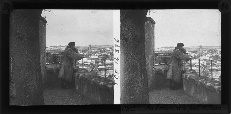 Terrasse avec vue sur le faubourg Saint-Jean et homme en fourrure