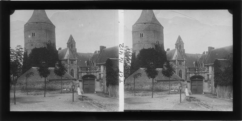 Ensemble est, entrée, donjon et Sainte-Chapelle depuis la place Jehan-de-Dunois