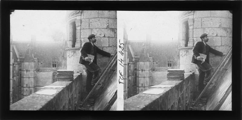 Aile de Longueville, tourelle est de l'escalier d'honneur et gouttière avec couvreur au travail sur la toiture