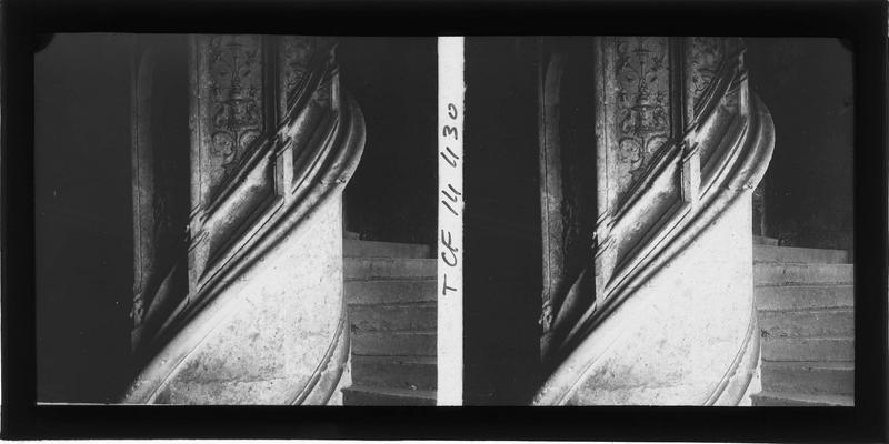 Intérieur : aile de Longueville, détail du pilier central de l'escalier à vis