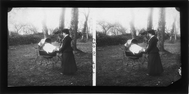 Deux femmes dans un jardin avec un landau