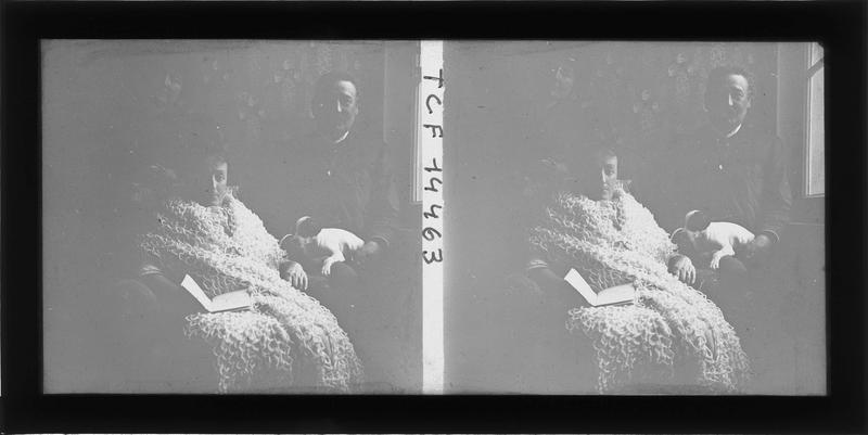 Intérieur : portrait d'un couple assis avec un chiot