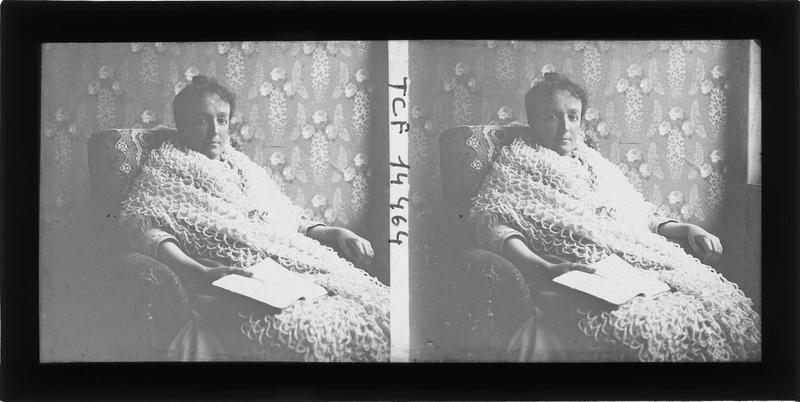 Intérieur : portrait d'une femme assise un livre à la main