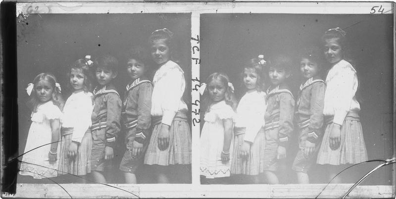 Portrait de cinq enfants de profil
