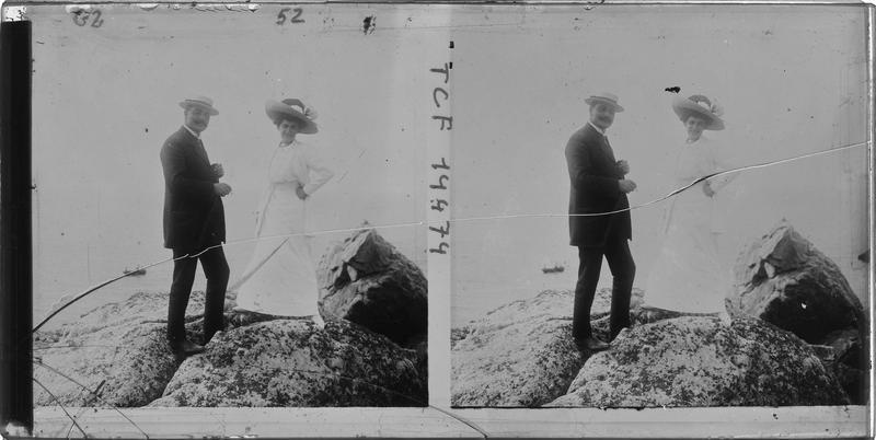 Portrait d'un homme et d'une femme sur un rocher en bord de mer