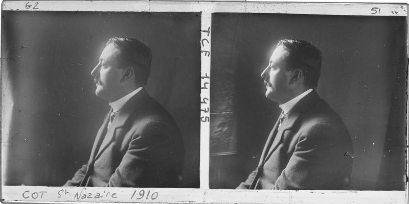Portrait en buste d'un homme assis de profil