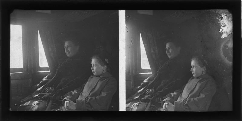 Portrait d'une femme et d'une jeune fille assises dans un train