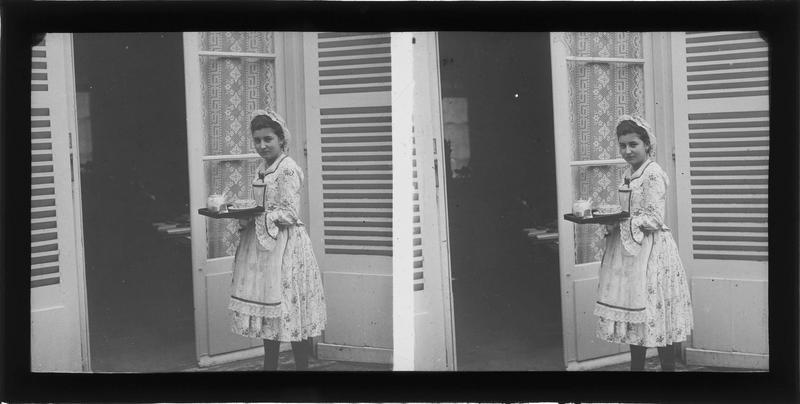 Portrait d'une domestique tenant un plateau à thé