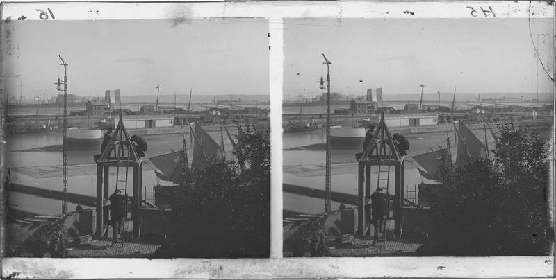 Intervention d'ouvriers sur la toiture de l'escalier de la Lieutenance et Hangar du London and South Western Railway en arrière-plan