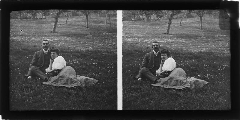 Portrait d'un couple assis dans l'herbe