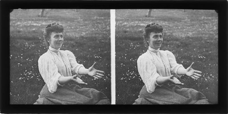 Portrait d'une femme assise dans l'herbe