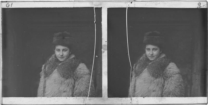 Portrait d'une jeune fille portant une toque et un manteau en fourrure