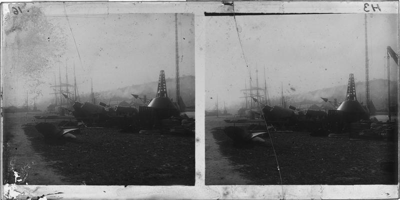 Bouées et matériel maritime sur le quai