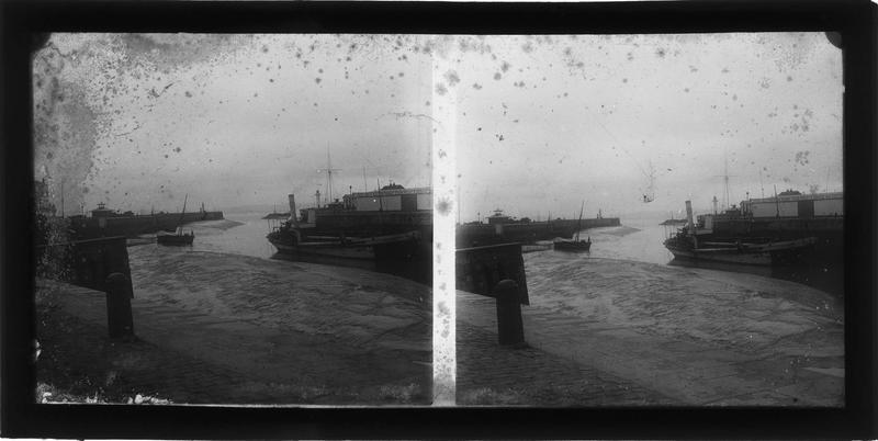 Ensemble à marée basse depuis le quai de la Quarantaine et Hangar du London and South Western Railway en arrière-plan