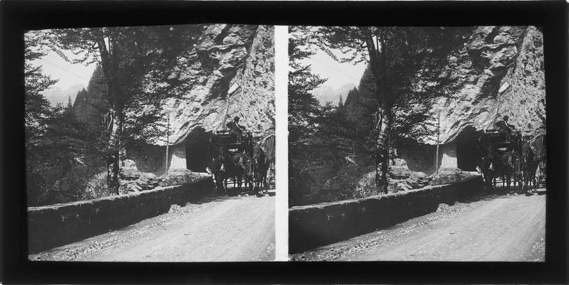 Tunnel sur la route du Col des Aravis, vue animée avec calèches