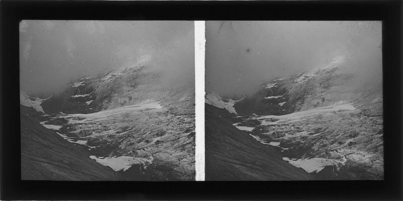 Paysage de montagne : sommet enneigé
